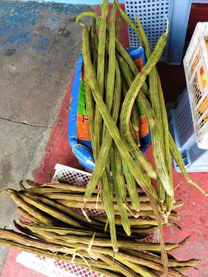 Guaba - ist eine in Südamerika sehr verbreitete Hülsenfrucht. Die Samen sind umgeben von einem süssen weissen Fruchtfleisch. Meistens wird daraus Marmelade oder Saft hergestellt.