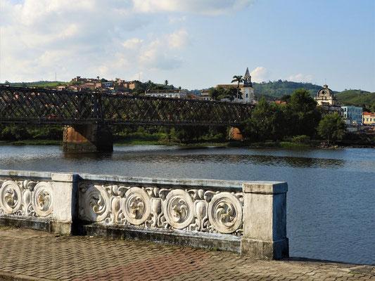 Stahlbrücke für Eisenbahn, Autos und Fussgänger
