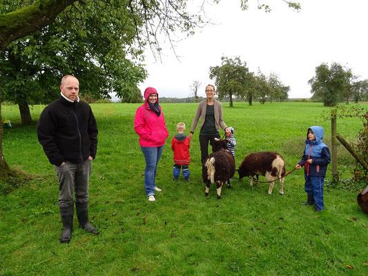 Spaziergang mit 'Möckli' und 'Flöckli' - den beiden Schafen