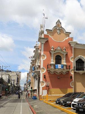 Bei wenig Mittagsverkehr verlassen wir Guatemala City...