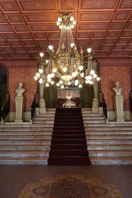 Elegante Eingangshalle mit Kronleuchter aus Murano