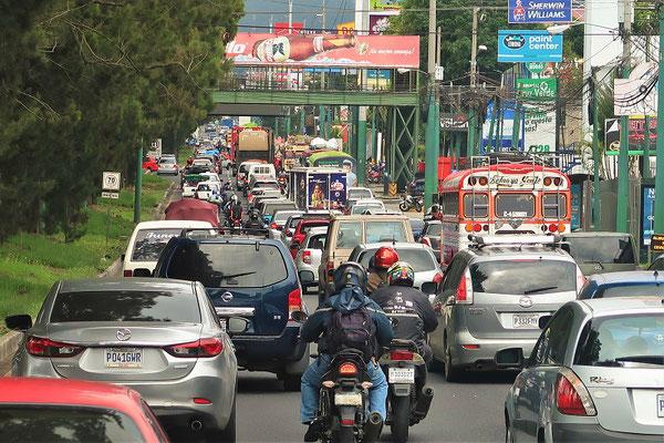 Schleichend geht es durch Guatemala City
