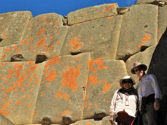 Die Ausbuchtungen an den Steinen für den Transport wurden nach dem Bau der Mauer wieder entfernt