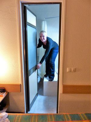 Unser Zimmer im Hotel Flamingo Lisboa *** mit kleinstem Bad das wir je hatten. Toilettenzugang nur über Dusche möglich ;o)