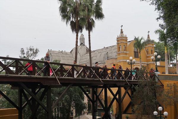 Die Seufzerbrücke mit der - im Hintergrund - vom letzten Erdbeben stark beschädigten Kirche