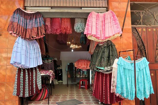Hier gibt es die mehrlagigen 'Cholita-Röcke'....