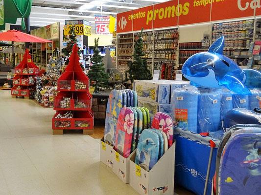 Seltsam - Weihnachtsdeco und Badesachen stehen in Reih und Glied