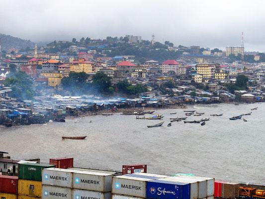 Blick vom Hafen auf Freetown