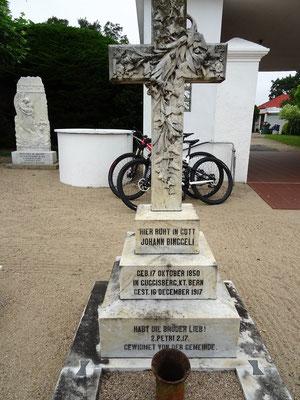 Auf dem Friedhof fast nur Familiennamen aus der Schweiz