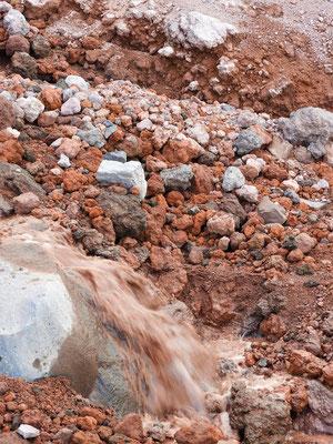 Mineralien färben das Gletscherwasser rosa