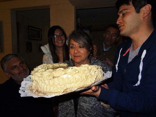 Die Tradition will, dass das Geburtstagskind direkt einen Biss von der Torte nimmt....aber alle wissen, was dann passiert!!