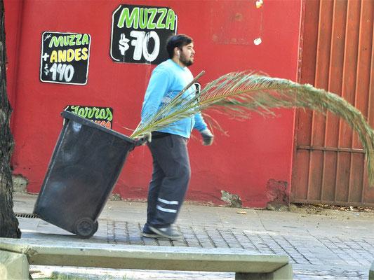 Anstelle von Besen benutzt man hier Palmwedel zum Wischen
