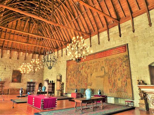 Die meisten Räume verfügen über eindrücklich hohe Holzbalken-Decken