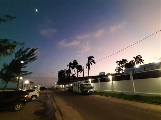 Unser Schlafplatz zwischen Küste und Hotel - dank Ausgehverbot ab 21.00Uhr ist es schön ruhig