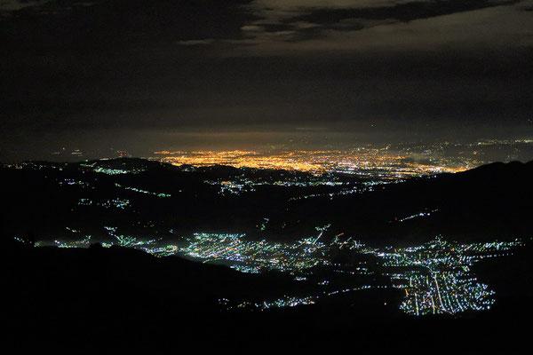 Die schlafenden Dörfer und Städte (Antigua mit gelbem Licht) auf dem 2400m hohen Talgrund