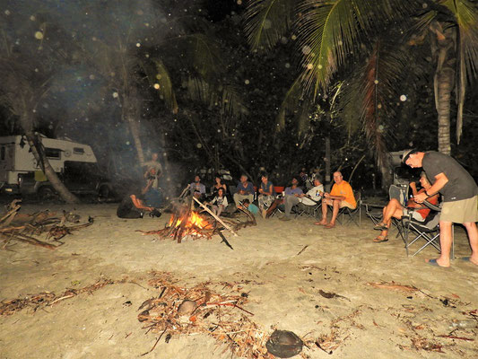 Wir lassen den Weihnachtsabend mit einem Lagerfeuer ausklingen