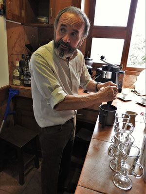 Rene bei der Kaffeezubereitung