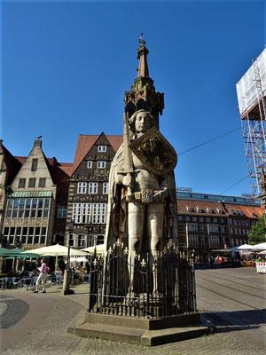 Der Roland (UNESCO) - errichtet 1404, steht auf dem Marktplatz vor dem Rathaus und symbolisiert Marktrecht und Freiheit