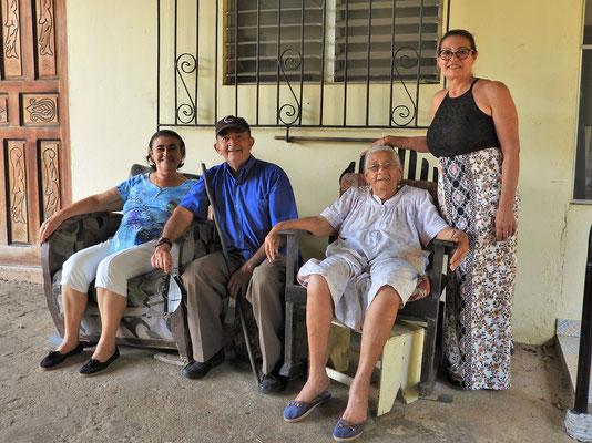 Matito mit seiner Frau, Schwiegermutter und Schwägerin