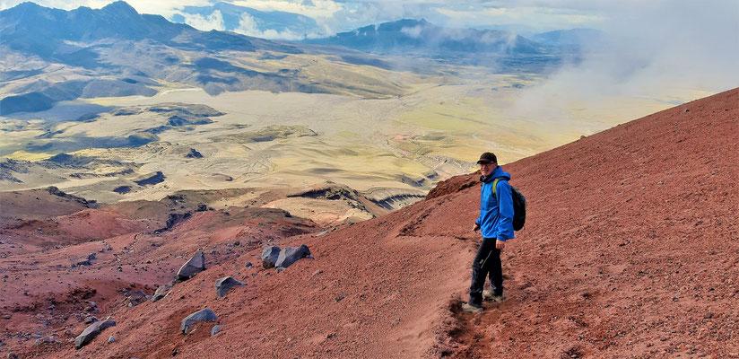 Der Abstieg geht über den lockeren Vulkansand sehr zügig