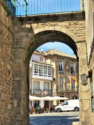 Durch dieses kleine Stadttor kamen im Mittelalter die Weine....