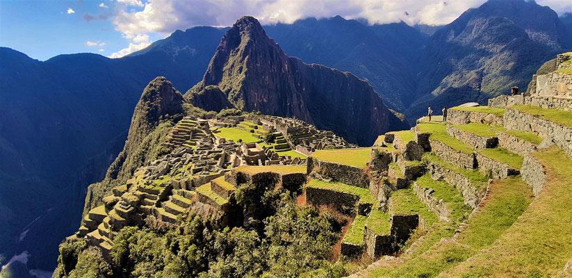 Machu Picchu liegt zwischen den Bergen Wayna Picchu, 2695m und....