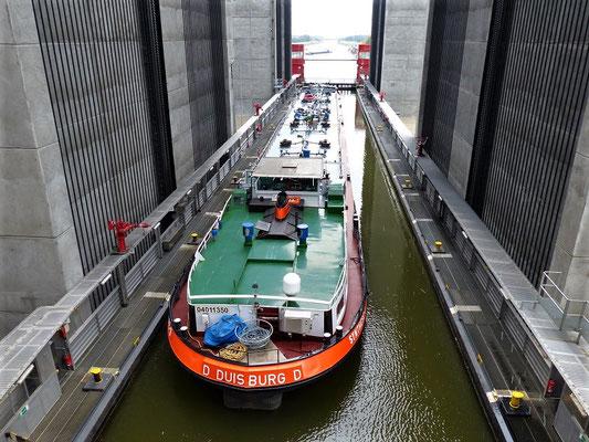 Ein Frachtschiff im Lift auf dem Weg nach oben