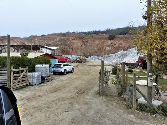 Einer von zahlreichen Plätzen, wo der Calcit-Aushub aus den Minen weiter verarbeitet wird
