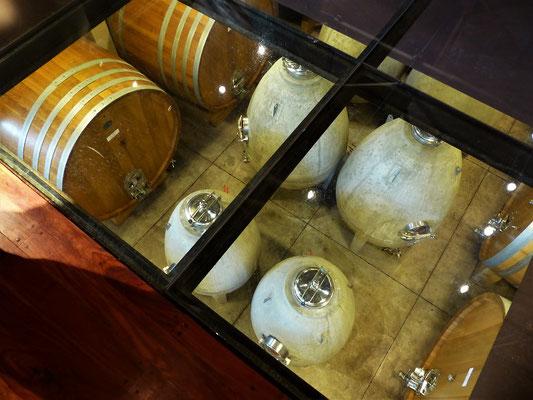 Durch den Glasboden sieht man direkt in den Weinkeller