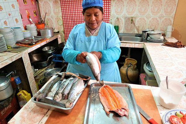 ....derweilen bereitet Sonia die feinen Lachsforellen vor....