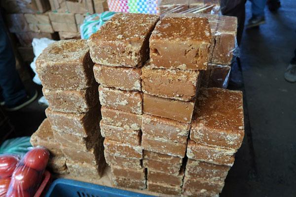 Panela - eingekochter Zuckerrohrsaft. Die entstandene Melasse wird in verschiedene Formen gegossen und getrocknet.