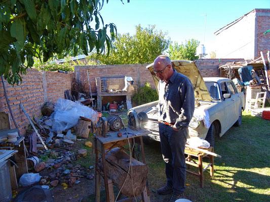 Röbä bewunder die von Ernesto selbst gebauten Achat-Bearbeitungmaschinen
