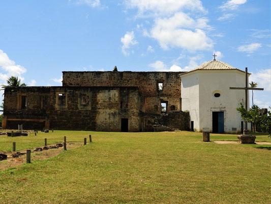 Burgruine mit Kapelle rechts