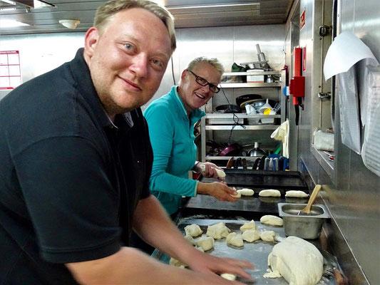 Jeden Morgen werden frische Brötchen gebacken - wir helfen mit ;o)