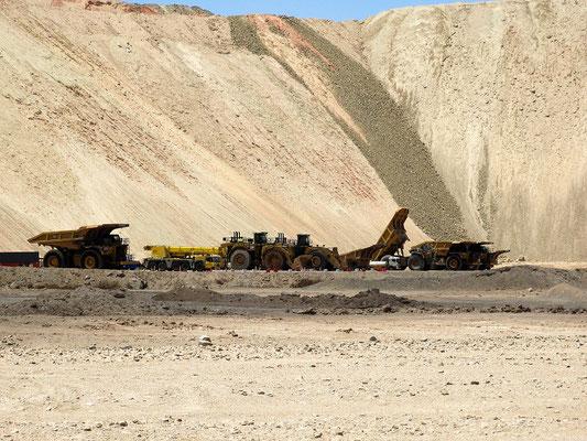 Die eindrücklichen Minenlaster - 7m hoch und 8m breit, Reifendurchmesser 4m