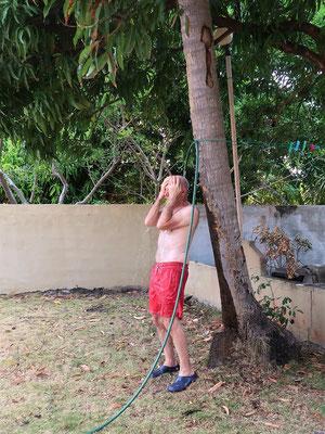 ....nach getaner Arbeit eine Dusche unter dem Mangobaum....