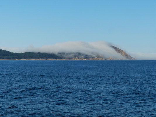 Nebelschwaden ziehen über die Insel