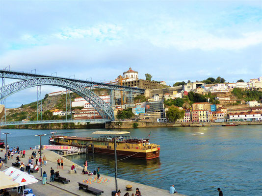 Bei herrlicher Aussicht auf den Douro und die gegenüberliegende Stadt Vila Nova de Gaia....