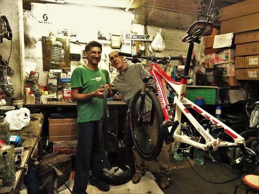 Röbä bekommt eine Ausbildung im Bike reparieren
