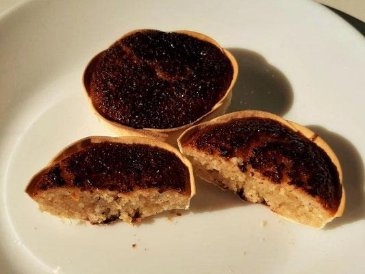 Queijadas de Sintra - süsse Küchlein, die aus Käse, Eiern, Milch und Zucker bestehen