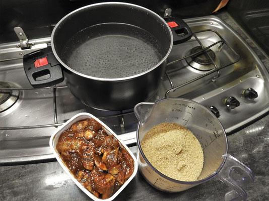 ....mit braunem Zucker in kochendes Wasser geben. Über Nacht ziehen lassen....