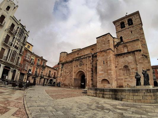Plaza Mayor von Zamorra mit Iglesia de San Juan Bautista