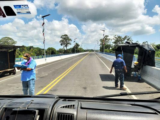 Letzte Ausweis- und Papierkontrolle in Panamá - Fahrt über die neue Brücke nach Costa Rica