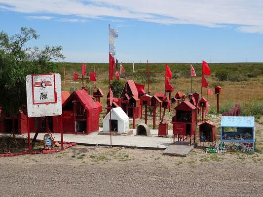 Lastwagenfahrer bitten um Schutz und bauen kleine Tempel für 'San Expedito'