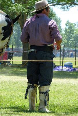 Die Stiefel sind aus Pferdeleder und gehören zur traditionellen Ausstattung -  genau so der Dolch