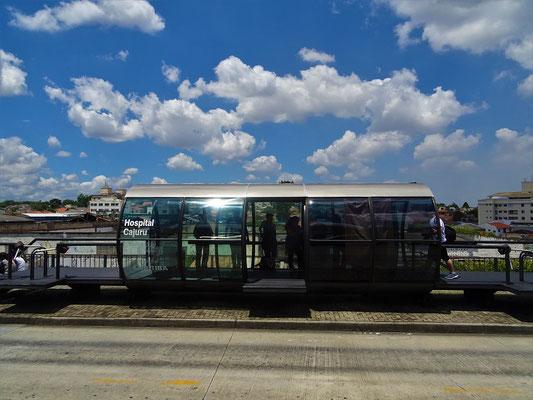 Futuristische Haltestelle der Metro-Buslinie