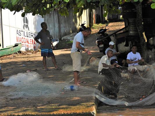 Fischer flicken ihre Netze