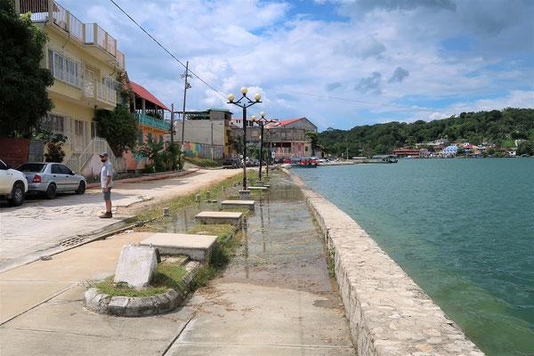 Die Promenade versinkt langsam im See