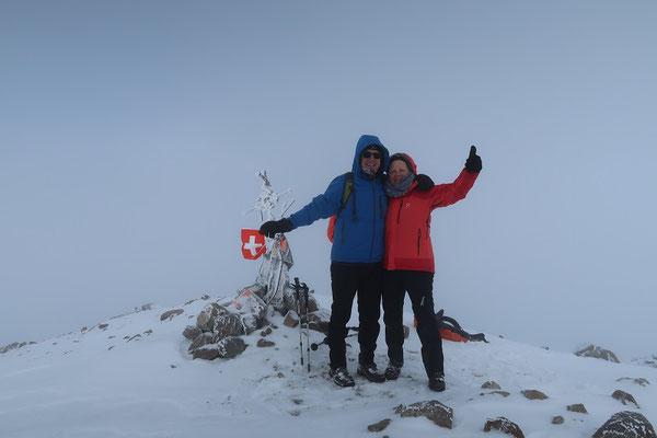 ..... nun hängt auch eine Schweizer Fahne am Gipfelkreuz