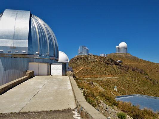 In der Mitte das New Technology Telesko_NTT mit eckiger Kuppel